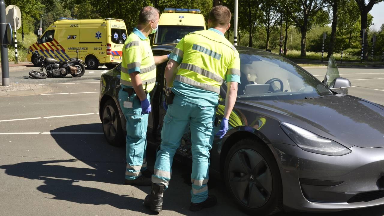 Motorrijder ernstig gewond na botsing in Breda: Flinke ravage op de weg.