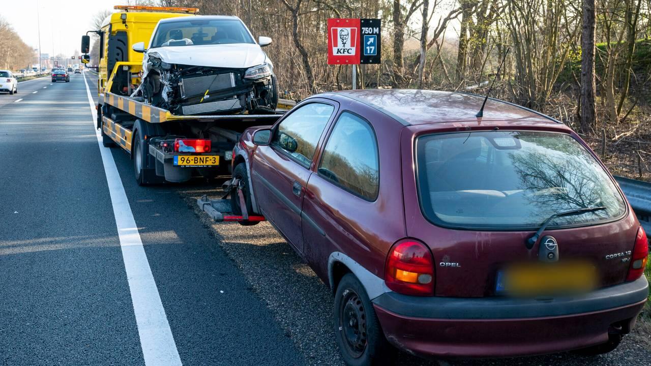 Ongeluk met vijf autos op de A27 bij Oosterhout.