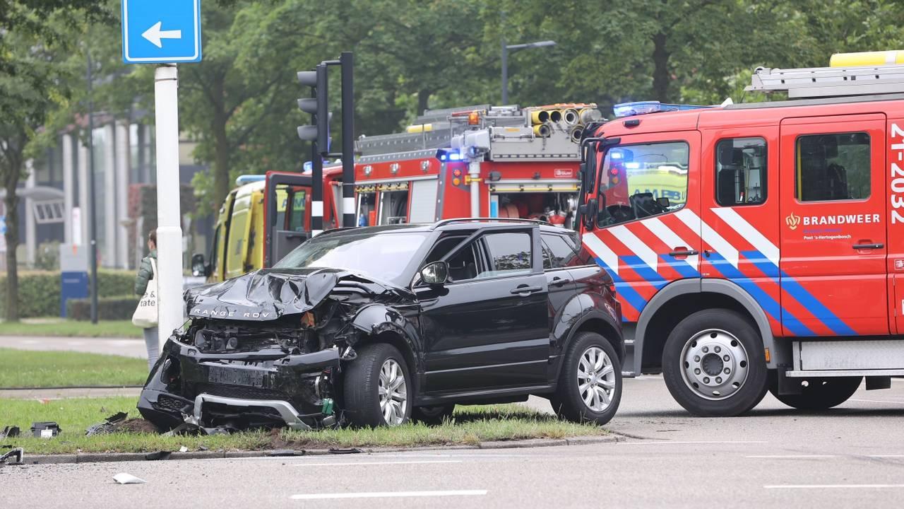 Zwaargewonde bij botsing in Den Bosch, betrokken bestuurder gaat ervandoor.