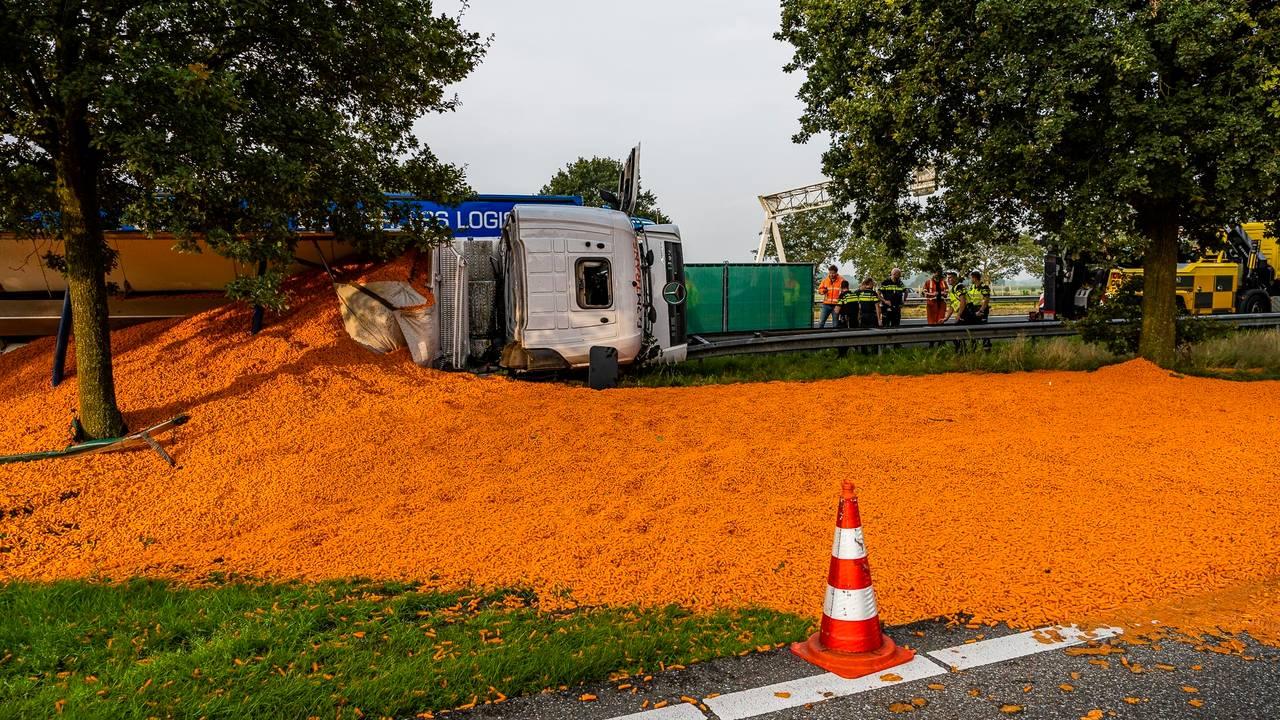 Vrachtwagen met wortelen gekanteld op A58 bij Bavel, weg is weer vrij.