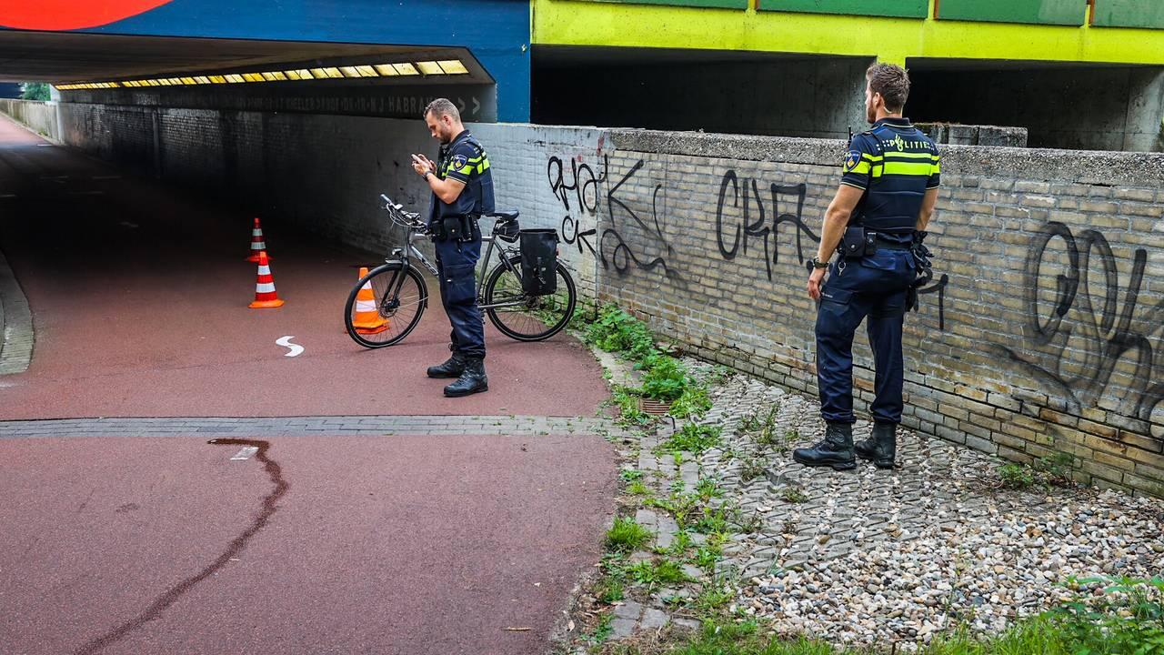 Fietser zwaargewond na botsing bij tunnel in Eindhoven.
