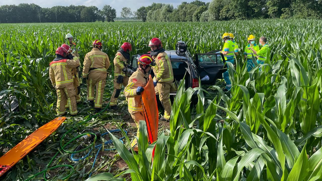 Automobiliste bekneld na aanrijding in Liessel, brandweer bevrijdt haar.