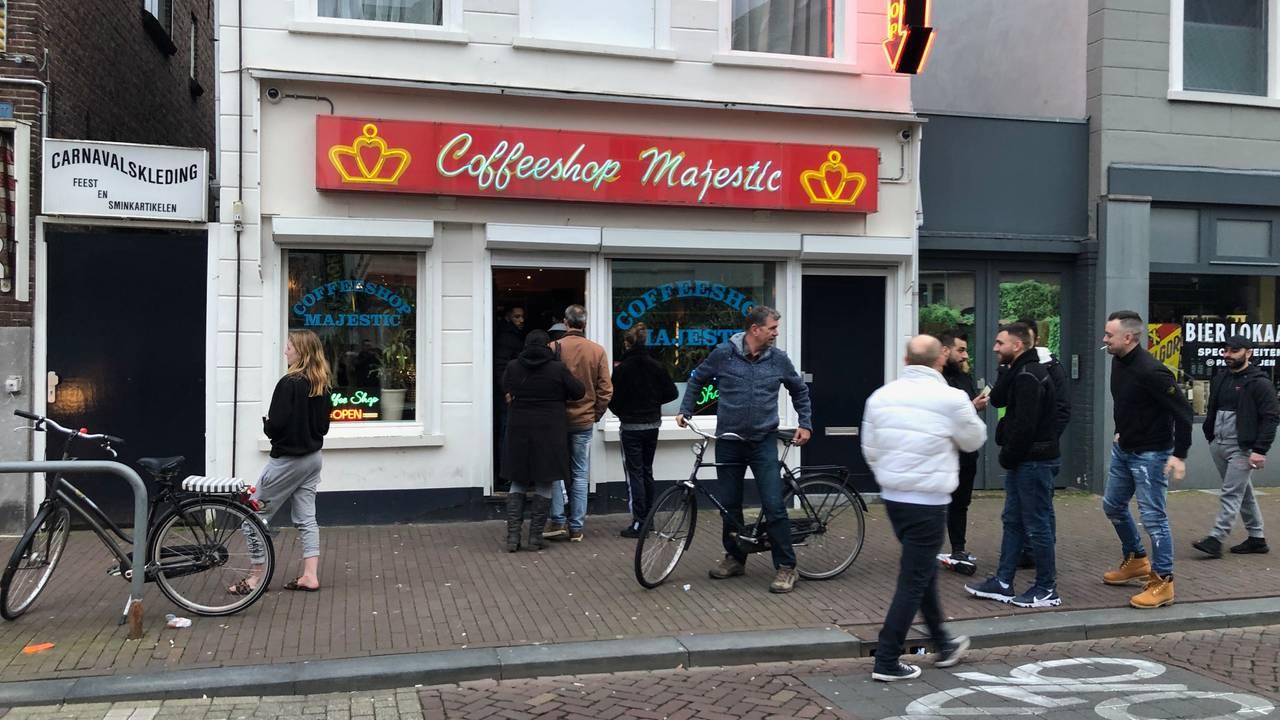 Straatdealers profiteren meteen van gesloten coffeeshops: 'We zijn ...