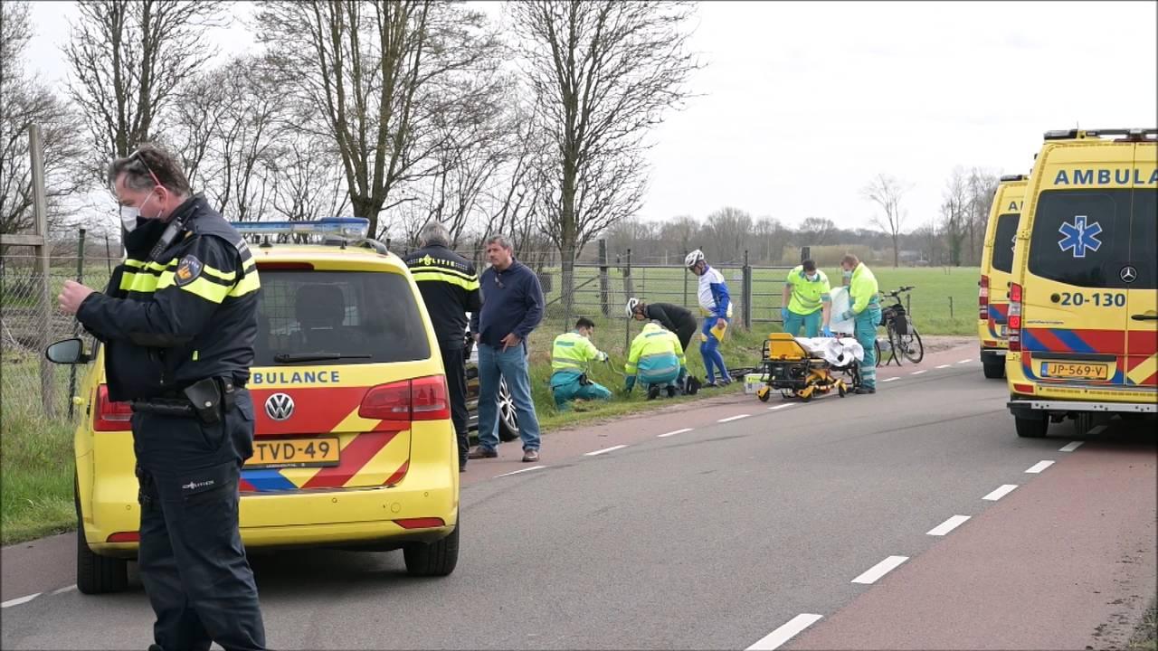 Wielrenners gewond na aanrijding door inhalende automobilist.