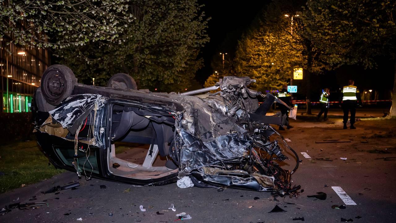 Auto volledig verwoest na botsing op boom, man zwaargewond.