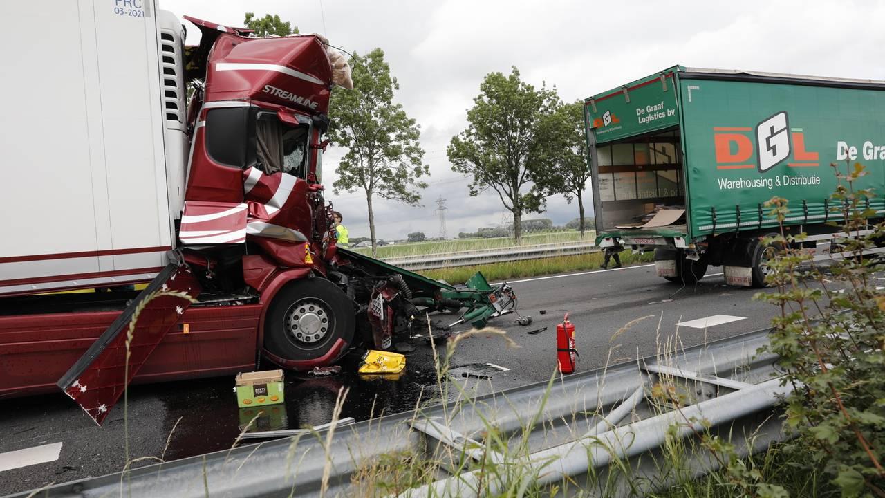 Vier gewonden bij ongeluk met vrachtwagens op A17, weg urenlang dicht.