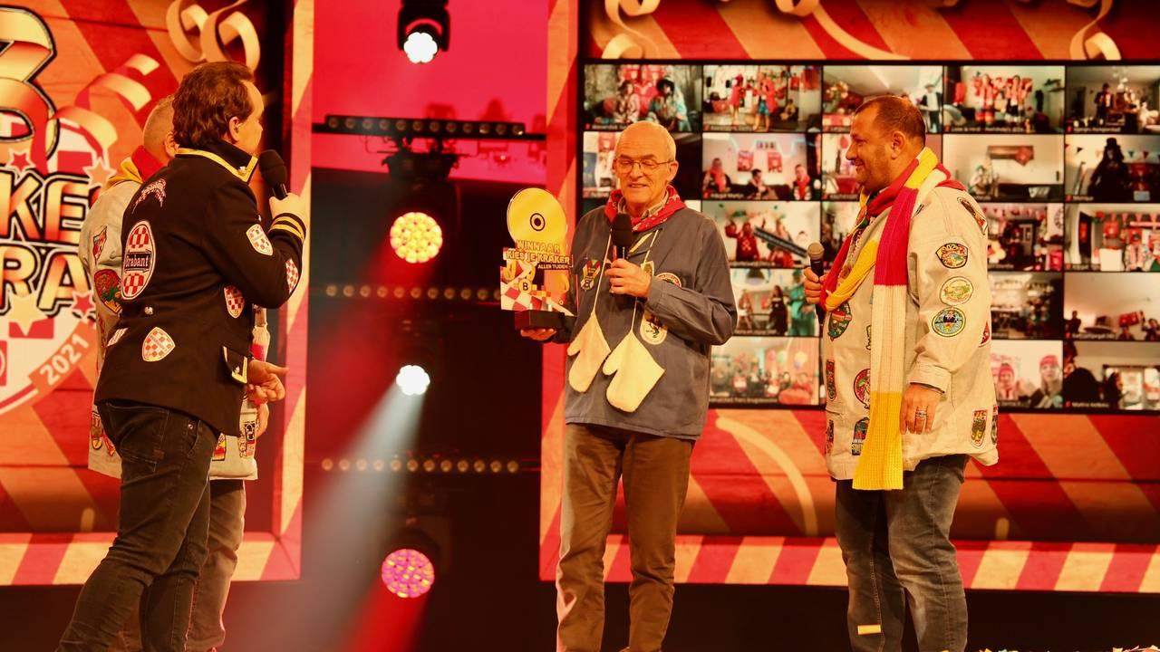De Twee Pinten winnen Kies Je Kraker Aller Tijden Award met 'Bij ons staat op de keukendeur' - Omroep Brabant