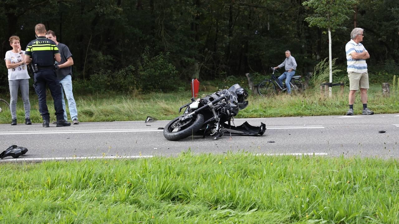 Motorrijder ernstig gewond door botsing in Mill.