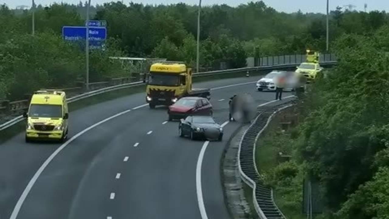 Deel A2 dicht na ongeluk bij Best, automobilisten negeren rode kruizen.