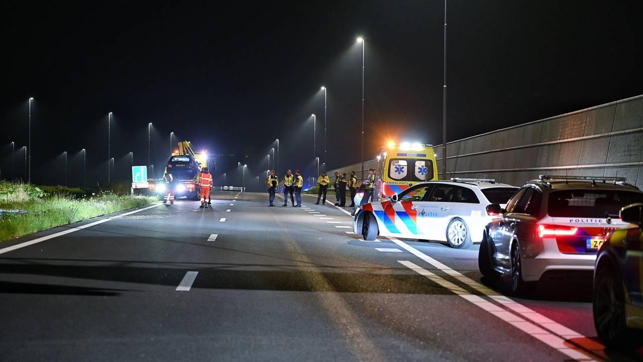 Automobilist zwaargewond na ongeluk op A16, traumaheli landt op snelweg.