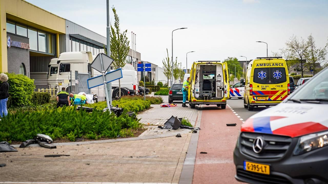 Motorrijder ernstig gewond bij botsing met bestelbus.
