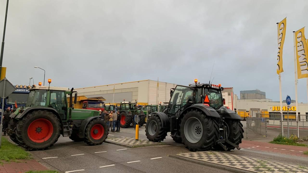 Photo of Boze boeren bezetten hoofdkantoor Jumbo Veghel, zestig trekkers op terrein | Omroep Brabant