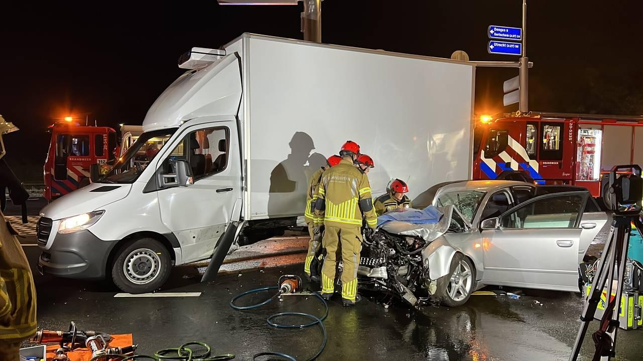 Zwaar ongeluk in Oosterhout, twee mensen ernstig gewond.