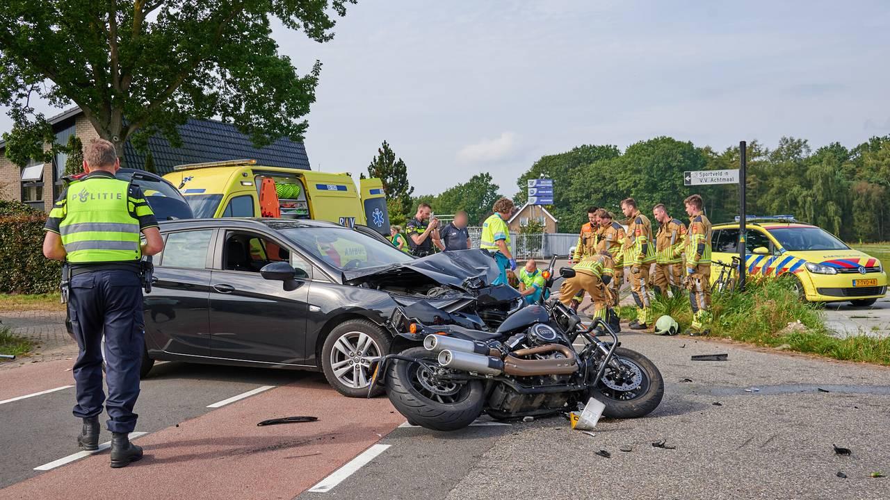 Motorrijdster na botsing met auto opgenomen in ziekenhuis.