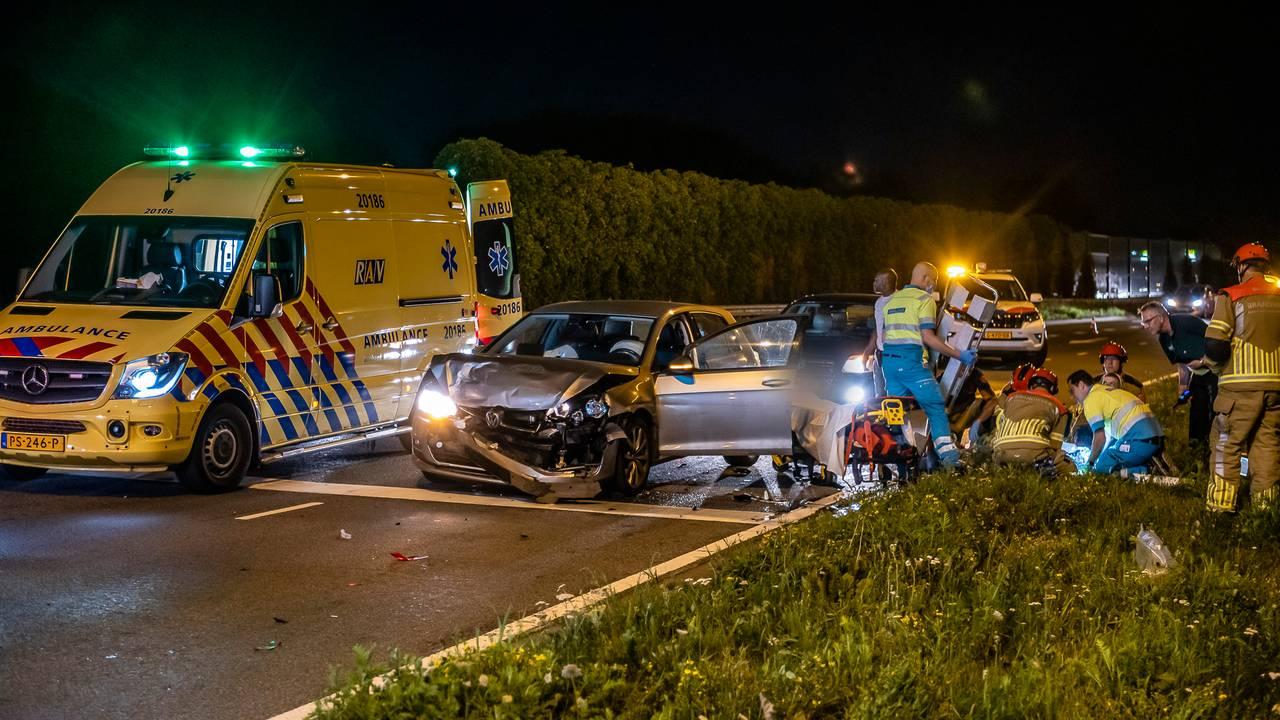 Vijf gewonden bij botsing voor verkeerslicht in Tilburg.
