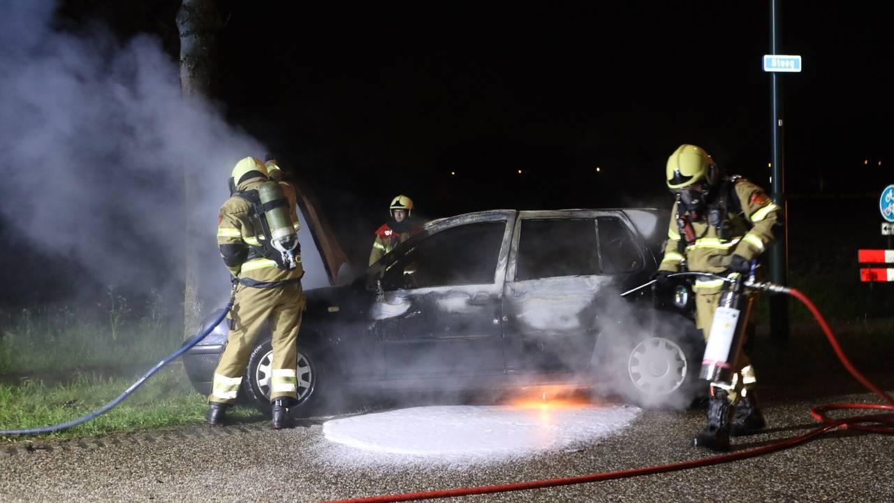 Auto brandt uit na botsing in Schijndel, bestuurder naar ziekenhuis.