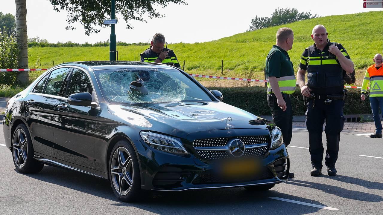 Fietser ernstig gewond na botsing met auto in Maren-Kessel.