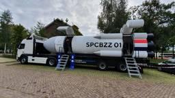 De Spacebuzz staat geparkeerd bij basisschool Het Molenven.