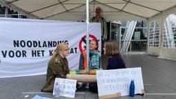 Exctinction Rebellion demonstreert op Eindhoven Airport