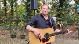 Maarten stak bewoners van zorgcentra muzikaal een hart onder de riem