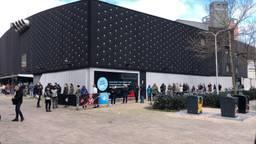 Drukte bij het stembureau in poppodium 013 (foto: Omroep Brabant).