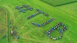 De boeren vormden met hun tractoren letters, waar ze luchtfoto's van namen. Foto: Rico Vogels/SQ Vision.