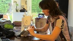 Marjolein maakt van oude, betekenisvolle kledingstukken iets nieuws.