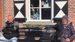 Deze inwoners van Gemert houden afstand (foto: Tonnie Vossen).