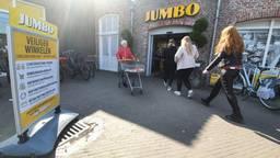 Coronamaatregelen bij de ingang van de Jumbo in Oirschot.