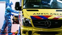 Ziekenhuismedewerkers maken een coronapatiënt gereed voor herplaatsing vanuit het TweeSteden Ziekenhuis in Tilburg. Foto: ANP