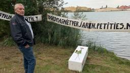 Jan Hölskens bij de afgraving in Liessel waar wordt gezocht naar zijn vermiste broer.