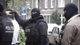 Een arrestatieteam hield een van de verdachten aan (foto: politie).