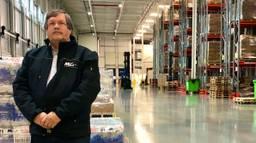 Directeur Rien den Hartog in een vol magazijn in Dinteloord. (foto: Raoul Cartens)