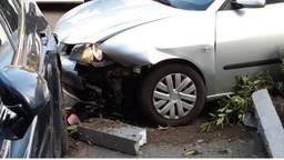 De automobilist belandde in de voortuin bij een huis en botste op een auto die op de oprit stond (foto: Twitter @WA_Schijndel).