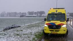 Een auto belandde in de greppel op de toerit van de A59 richting Waalwijk (foto: Iwan van Dun/SQ Vision).