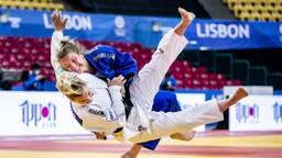 Sanne van Dijke in actie tegen Lara Cvjetko uit Kroatië in de halve finale (foto: ANP).