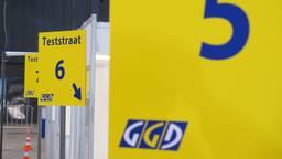 De coronateststraat in de Brabanthallen (foto: Joris van Duin)