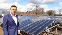 Initiatiefnemer Rogier van Mul bij een verrijdbaar zonnepaneel.