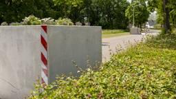 Als het aan veel inwoners van Dinteloord ligt, zijn de betonnen bakken zo weer verdwenen. (Foto: Tim Huisman)
