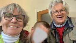 Loutje en haar man Zjef met hun pleegzoon. (privéfoto Loutje Bosch, hun zoon is om privacyredenen onherkenbaar gemaakt)