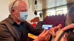 Peter van der Bom oefent het vaccineren (foto: Erik Peeters)