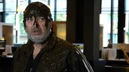 Arie den Dekker gooide in 2019 uit protest een zak koeienstront over zijn hoofd.