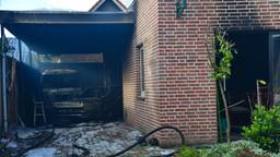 Bij de brand in Deurne gingen twee auto's verloren (foto: Walter van Bussel/SQ Vision).