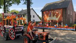 'Koningin Máxima' keurt de versierde tuinen in Handel (Foto: Imke van de Laar)