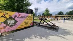 Geen Spoorpark Live dit jaar, dus de banners kunnen weg. (foto: Collin Beijk)