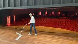 Theaters Tilburg directeur Rob van Steen veegt alvast het toneel schoon.