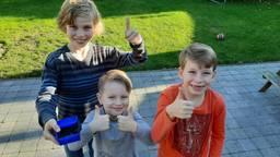 De kinderen van Ingrid met hun schatkistje met gevonden parels (foto: Ingrid van Gils).