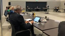 Burgemeester Brenninkmeijer tijdens een raadsvergadering in Waalre.