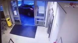 De auto reed bijna de Jumbo binnen