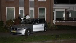 De auto kwam tot stilstand tegen een appartementencomplex in Uden (foto: Marco van den Broek/Q Vision).
